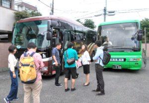 バスの前で添乗員集合